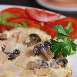 omletă cu brânză, şuncă de curcan şi ciuperci